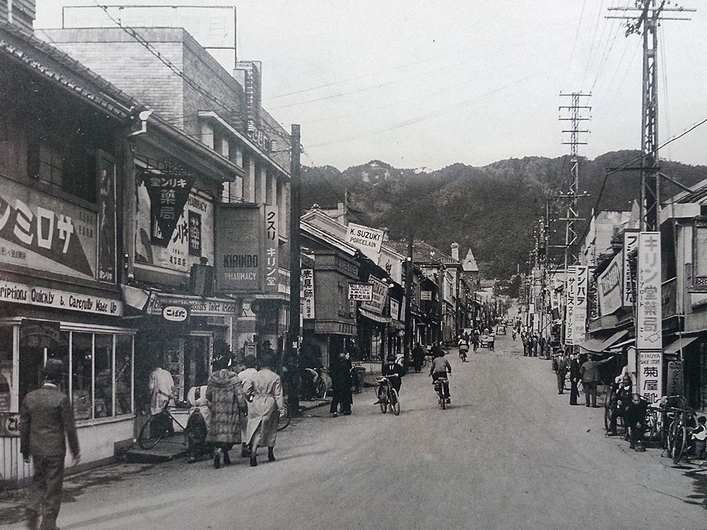 昭和10年のトアロード。外国人が経営する商店が多く、ハイカラ神戸を代表するふんい気がみちていた。