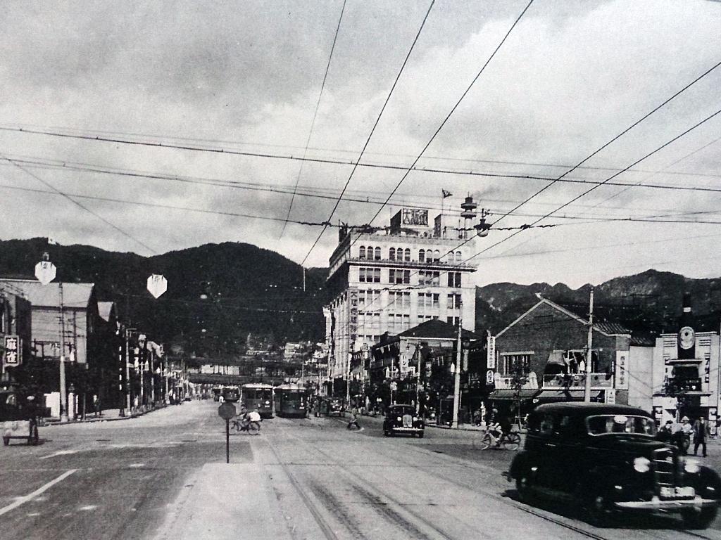 昭和10年の滝道交差点付近(現・国際会館付近)。上野写真と両方に写っている右側の建物を見ると、街の移り変わりがよくわかる。