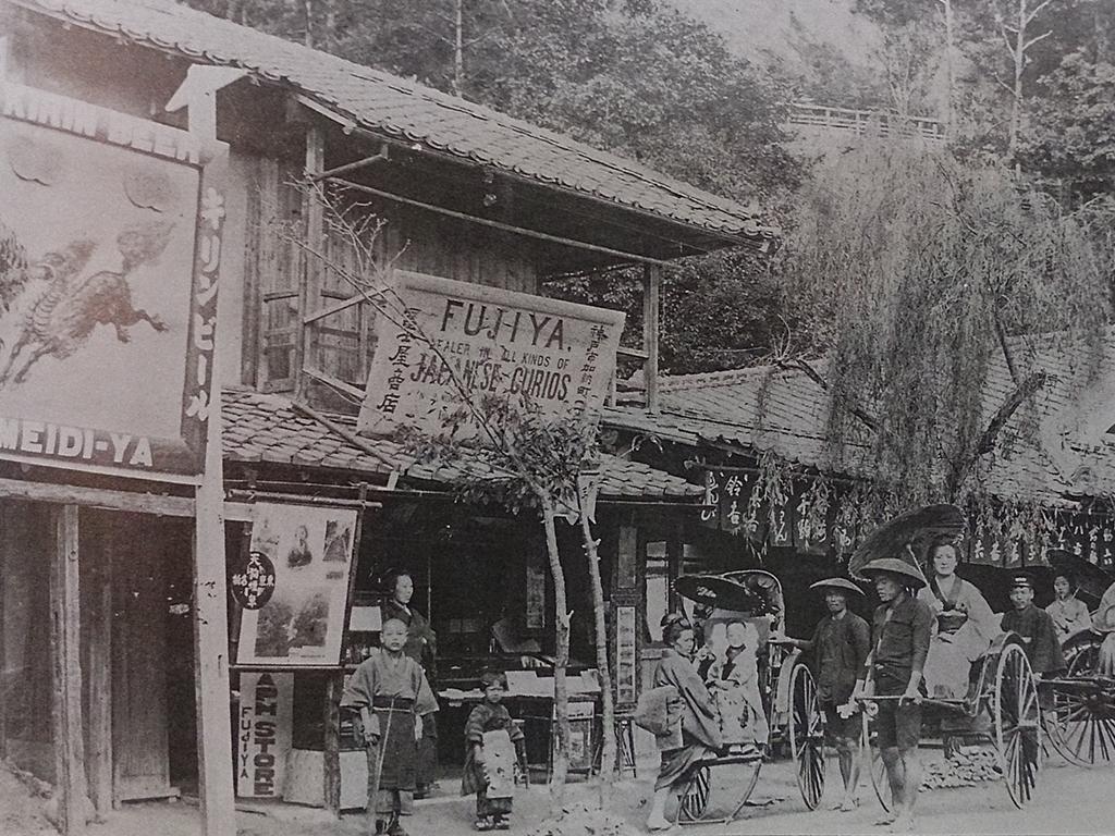 ハイカラな看板を掲げる加納町1丁目の茶店前。ここは布引の滝や温泉へのコース。明治中期。