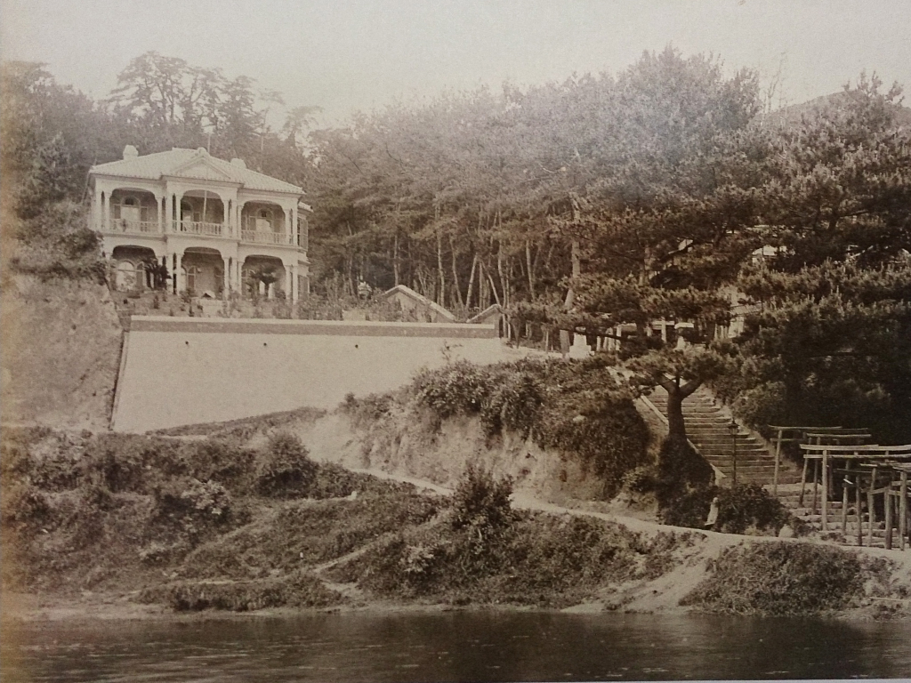 明治後期の諏訪山公園稲荷付近。左側の建物は白い異人館と呼ばれた昭和30年ごろ建築のドイツ人の住宅。