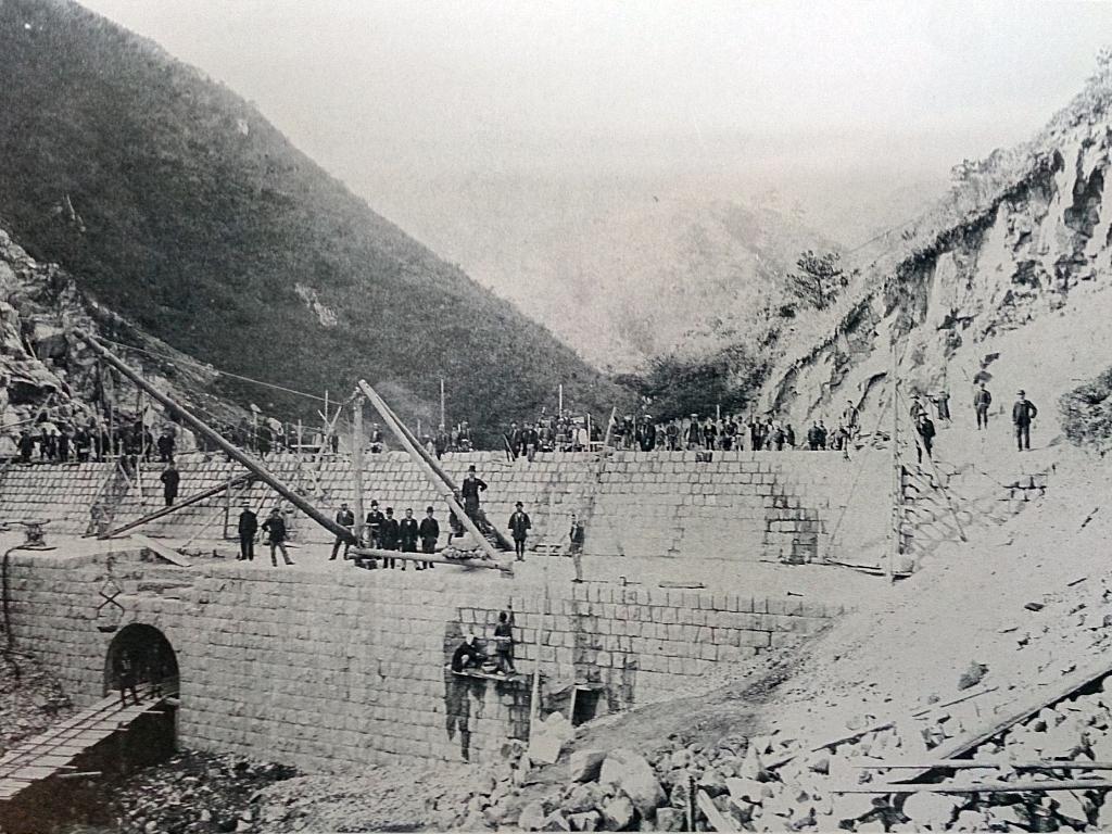 布引貯水池のえん堤工事●神戸市第1号の水源地。重力式コンクリートダムとしては、日本最古のもの。