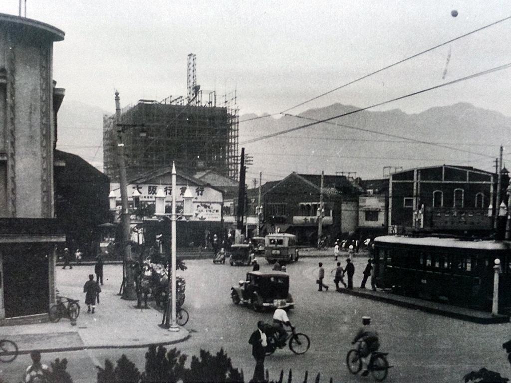 昭和8年の阪神電車神戸(滝道)終点。建築中の建物はそごう百貨店。地下では阪神の地下乗り入れ工事が完成まじか。手前の市電は開通間もない税関線。