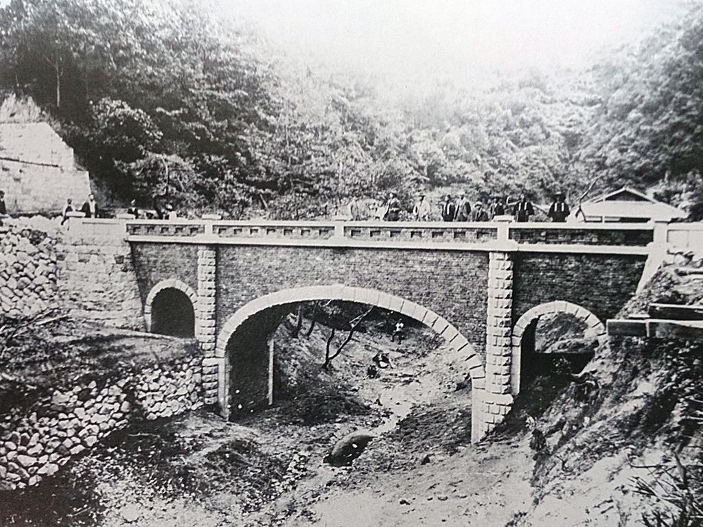 砂子橋●布引の登り口に完成した石造レンガ造りの水路橋。現在も橋の中を水道管が通っている。明治30年。